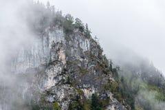 Niebla después del día lluvioso en montañas Foto de archivo