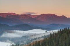 Niebla en el amanecer en las montañas Imágenes de archivo libres de regalías