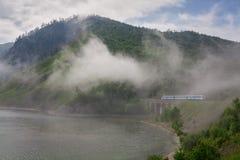 Niebla en el ferrocarril de Baikal fotos de archivo libres de regalías