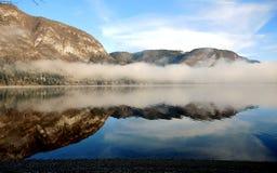 Niebla en el lago Bohinj Fotografía de archivo