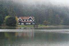 Niebla en el pueblo imagenes de archivo