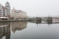 Niebla en el pueblo pesquero, Kaliningrado Fotos de archivo