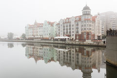 Niebla en el pueblo pesquero, Kaliningrado Foto de archivo libre de regalías
