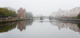 Niebla en el pueblo pesquero, Kaliningrado Imagen de archivo libre de regalías