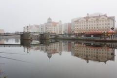 Niebla en el pueblo pesquero, Kaliningrado Foto de archivo