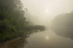 Niebla en el río foto de archivo