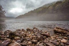 Niebla en el río Tara fotografía de archivo