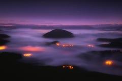 Niebla en el valle de Aramaio en la noche Foto de archivo libre de regalías