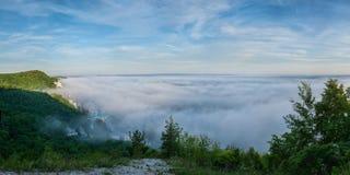Niebla en el valle y la iglesia Imagen de archivo libre de regalías