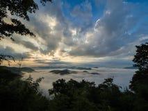 Niebla en la montaña Fotos de archivo libres de regalías