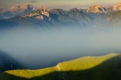 Niebla en las dolomías imagenes de archivo