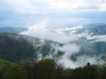 Niebla en las montañas fotos de archivo libres de regalías
