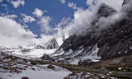 Niebla en las montañas, glaciares de la roca Fotografía de archivo libre de regalías