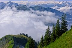 Niebla en las montañas suizas Imagen de archivo libre de regalías