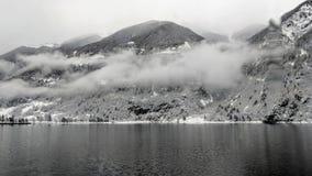 Niebla en las montañas suizas imágenes de archivo libres de regalías