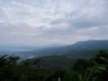 Niebla en paisaje de la naturaleza de las montañas Foto de archivo libre de regalías