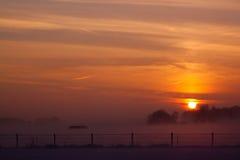 Niebla en un día de invierno nevoso holandés Foto de archivo libre de regalías