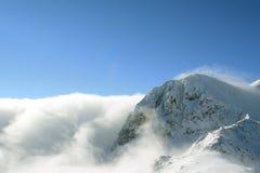 Niebla en un pico de montaña Imagenes de archivo