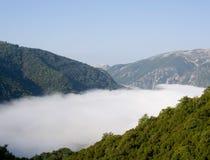 Niebla en valle de la montaña Fotografía de archivo libre de regalías