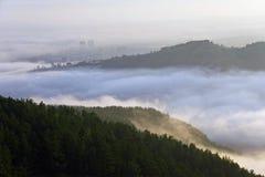 Niebla entre las cuestas Imagen de archivo