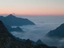 Niebla entre las montañas Fotografía de archivo libre de regalías