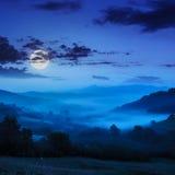 Niebla fría en noche azul en montañas Fotos de archivo