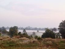 Niebla fresca por la mañana Maha Sarakham, Tailandia Fotos de archivo libres de regalías