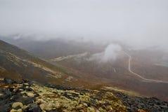 Niebla gruesa en montañas Fotos de archivo libres de regalías