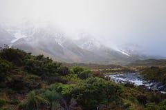 Niebla gruesa que cubre la montaña capsulada nieve Foto de archivo