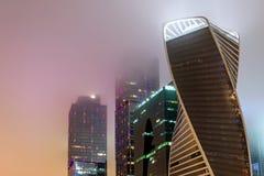 Niebla moderna de la noche del edificio de oficinas Fotos de archivo libres de regalías