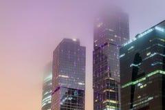 Niebla moderna de la noche del edificio de oficinas Foto de archivo