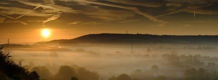 Niebla oto?al de la madrugada sobre el pueblo del este de Meon con la colina de Butser y los plumones del sur en el fondo, plumon imagen de archivo libre de regalías