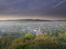 Niebla oto?al de la madrugada sobre el pueblo del este de Meon con la colina de Butser y los plumones del sur en el fondo, plumon imágenes de archivo libres de regalías