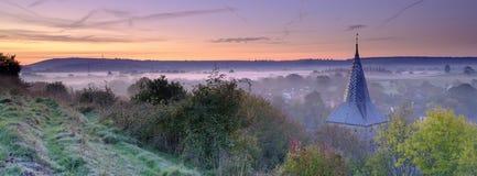 Niebla oto?al de la madrugada sobre el pueblo del este de Meon con la colina de Butser y los plumones del sur en el fondo, plumon fotos de archivo libres de regalías