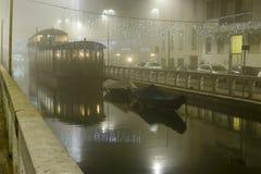 Niebla pesada en Naviglio Pavese en el tiempo de Navidad, Milán, Italia Fotos de archivo libres de regalías