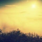 Niebla pesada magnífica en paisaje Salida del sol de la persona chapada a la antigua del otoño en un campo Colina creciente de la Imagenes de archivo