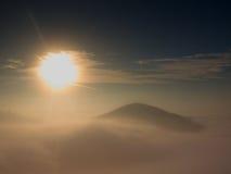 Niebla pesada magnífica en paisaje Salida del sol de la persona chapada a la antigua del otoño en un campo Colina creciente de la Foto de archivo libre de regalías
