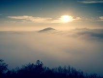 Niebla pesada magnífica en paisaje Salida del sol de la persona chapada a la antigua del otoño en un campo Colina creciente de la Imagen de archivo libre de regalías