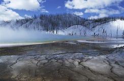 Niebla prismática magnífica de la primavera del parque nacional de los E.E.U.U. Wyoming Yellowstone durante las aguas termales en  Imágenes de archivo libres de regalías