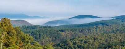 Niebla que cubre parcialmente las colinas Fotografía de archivo