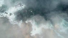 Niebla que deriva sobre Rocky California Coastline almacen de metraje de vídeo