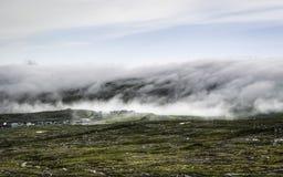 Niebla que miente en las montañas Faroe Island, Dinamarca, Europa Fotografía de archivo