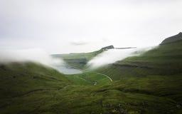 Niebla que miente en las montañas Faroe Island, Dinamarca, Europa Exposición larga Foto de archivo