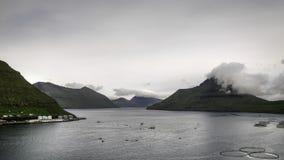 Niebla que miente en las montañas Fuglafjord, Faroe Island, Dinamarca, Europa Fotos de archivo libres de regalías