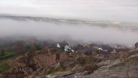 Niebla que pasa a través de un pueblo almacen de metraje de vídeo