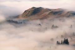 Niebla que remolina en el distrito del lago Fotos de archivo