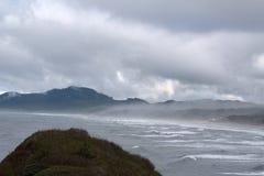 Niebla que rueda In/Out de la costa de Oregon foto de archivo libre de regalías