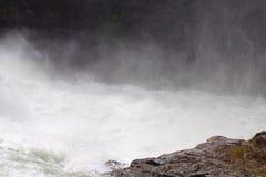Niebla que sube del agua que acomete abajo de las cascadas Fotos de archivo