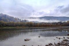 Niebla, rocas, montañas cárpatas Fotografía de archivo libre de regalías