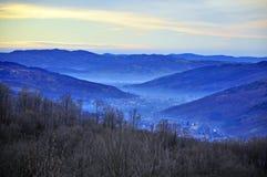 Niebla sobre aldea grande del valle Imagenes de archivo